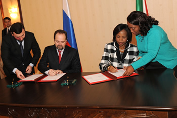 Minister Maite Nkoana-Mashabane and the Minister of Natural Resources and Environment, Mr Sergey Donskoi of the Russian Federation, sign the Minutes at the conclusion of the Eleventh ITEC Meeting, Moscow, Russian Federation, 13 November 2012