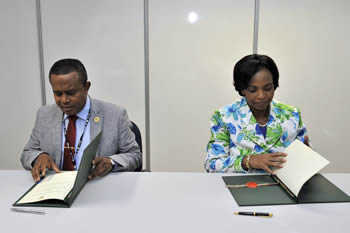 Minister Maite Nkoana-Mashabane signs a General Co-Operation Agreement with the Minister of Exterior, Mohamed Bakri Abdoul Fatah, of the Comoros. The two countries undertake to strengthen their bilateral relations of friendship and co-operation. The signing took place on the sidelines of the Rio+20 Summit in Rio de Janeiro, Brazil, 22 June 2012.