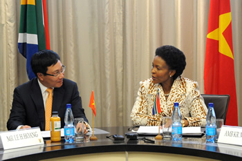 Minister Maite Nkoana-Mashabane and her counterpart, Foreign Affairs Minister Pham Binh Minh, from the Socialist Republic of Vietnam, engage in Bilateral Consultations, Pretoria, South Africa, 06 August 2013.