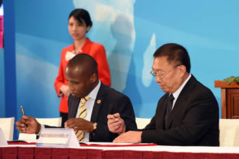 The Acting Group CEO of Prasa, Mr Collins Letsoalo, and the Vice President of CCC, Mr Zhen Shaohua, sign the MOU (Memorandum of Understanding) between Prasa and the China Communications Construction (CCC) on the Moloto Rail Corridor, The Second Investing in Africa Forum, Gungzhou, People's Republic of China, 7 September 2016.